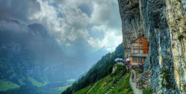 Urca cu telecabina pe munte ca sa iei masa la acest restaurant elvetian